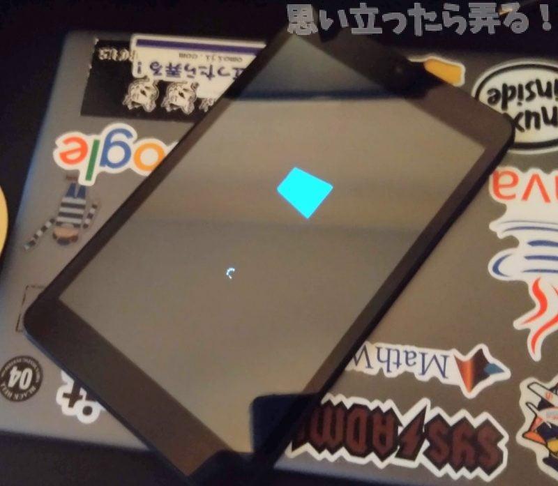 タブレットのWindows10が起動する様子
