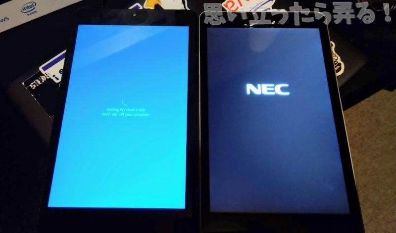PiPO W2ProタブレットとNEC TW708タブレットを比較する写真