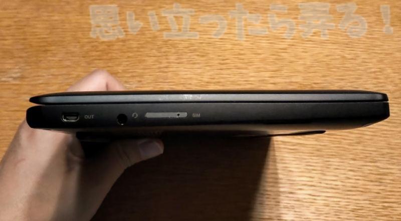 UMPC Mag1 の左側側面にはSIMスロットとイヤホンジャックがある