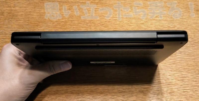 UMPC MAG1背面側のサイドはアルミ素材の丈夫なヒンジがある