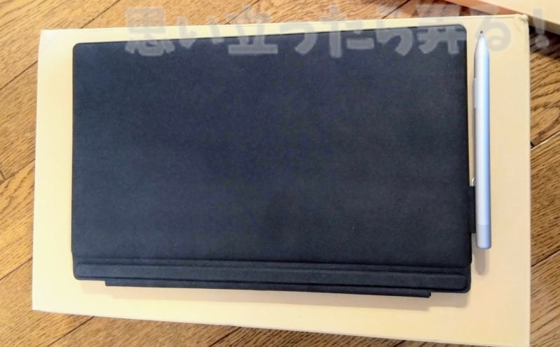 CHUWI UBookにキーボードカバーを装着した姿(裏面)