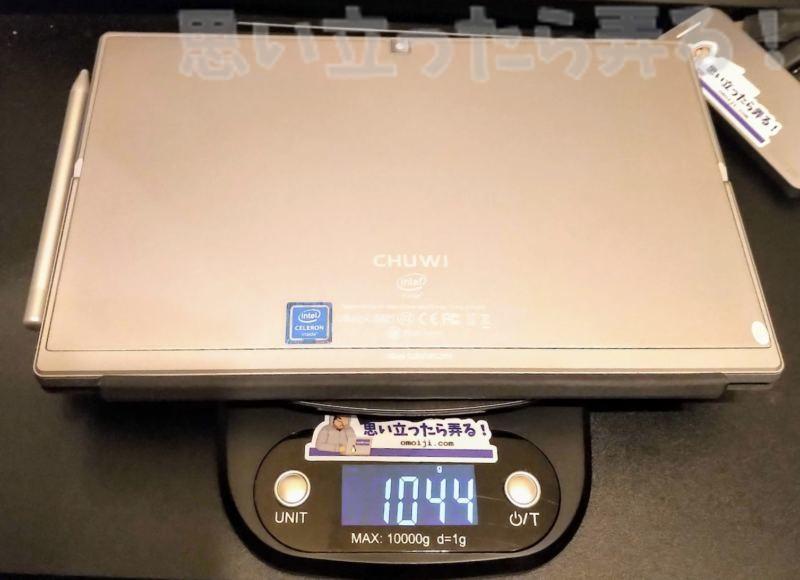 専用キーボードカバー、デジタルスタイラスペンを装着したフル装備のCHUWI UBookは重量1,044グラム
