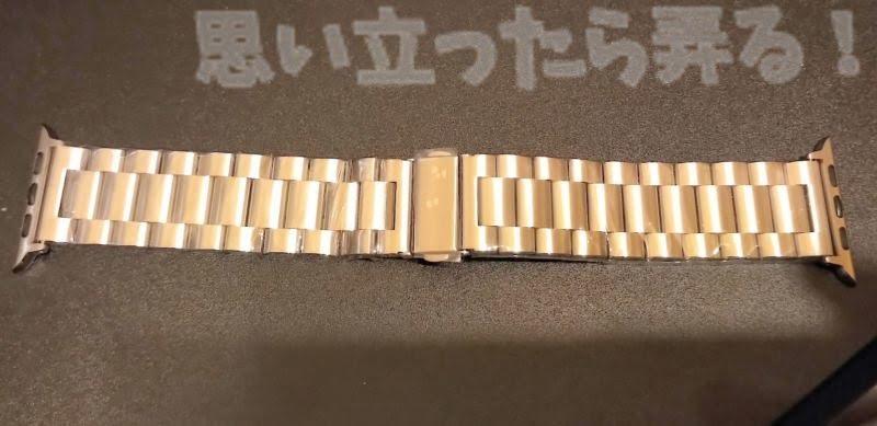 透明ビニールでしっかりと梱包されているステンレス3連ブレスレットはApple Watch44mm用なのでごつい