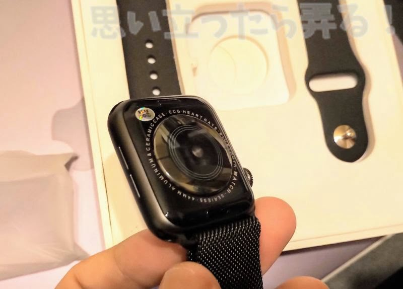 偽Apple Watchの背面は刻印こそ違えど形状は全く同じのようだ