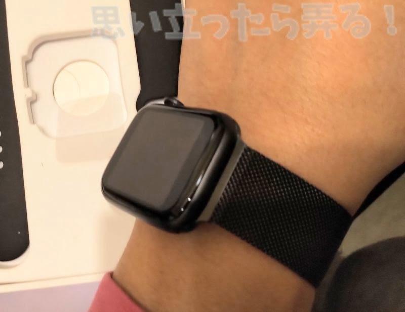 ブラックでマットなボディのニセApple Watchはとてもシック