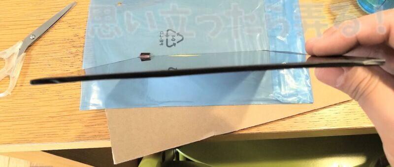 ThinkPad X270に換装できるフルHD IPS液晶パネルの側面。とても薄い。
