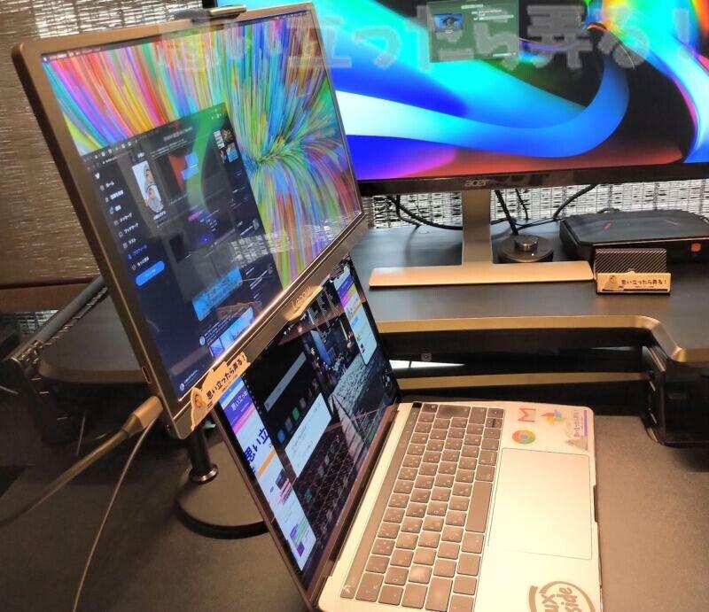 モバイルディスプレイとMacBook Proを縦に並べて設置できるタブレットスタンド