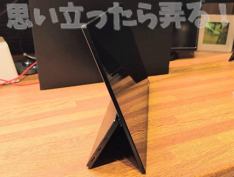 GMK モバイルディスプレイの背面内蔵スタンドは自由な角度調整ができる