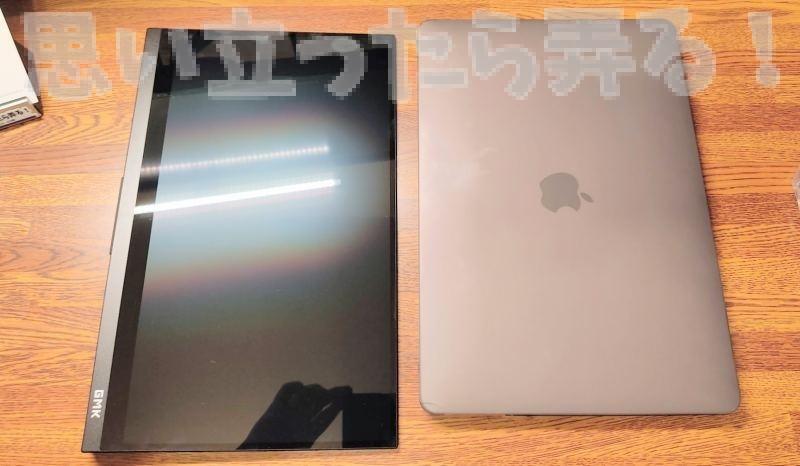 13インチのGMK 4KモバイルディスプレイはワイドなのでMacBook Pro 13インチよりも少し大きい